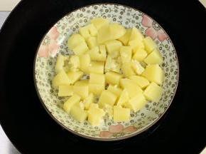 土豆去皮切块,入沸腾的锅中蒸煮。