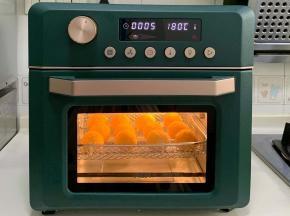 依次完成后,放入预热好的ACA空气炸烤箱中,空气炸程序180度烤5分钟。