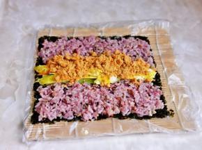 在中间放上黄瓜丝,胡萝卜丝,鸡蛋条,肉松,午餐肉,挤上沙拉酱。