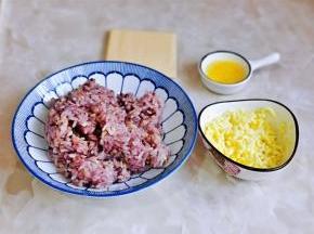 煮好的饭盛出,吃多少做多少哈,黄油隔水融化。