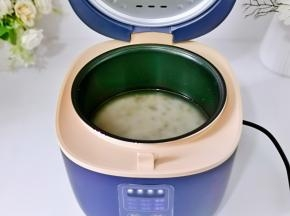 将藜麦杂粮米与糯米混合,淘干净后倒入电饭煲内胆中,加入适量的纯净水。