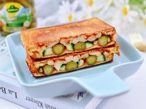 做好的三明治,用刀一切两半就可以享用了。