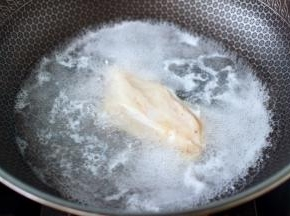 锅中倒入适量的清水,把即食鸡胸肉放到锅里加热一下。