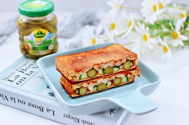 风味酸黄瓜鸡肉三明治