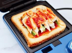 浩诗三明治提前预热后,放入三明治。