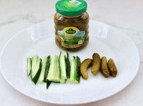 把黄瓜洗净切成粗条,备好酸黄瓜。