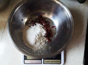 将玫瑰花酱和熟糯米粉混合均匀
