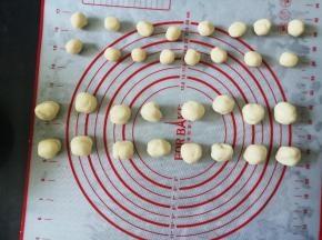 将水油皮和油酥各分成16份,滚圆