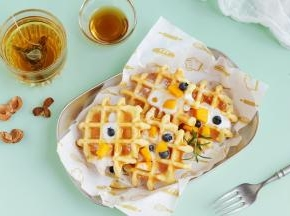 撒上一些糖粉,淋上酸奶,放上一些新鲜的水果。