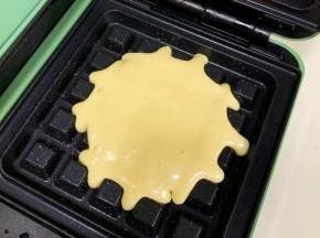 摩飞三明治机预热,盘内刷上油,倒入1勺面糊。