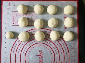 将面团分成12个同样大小和1个一半大的剂子,静置15分钟