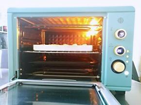 烤箱底部放盛水的烤盘,将面包放中层,开启发酵功能,设置45度发酵