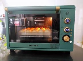 放入预热好的烤箱中下层上火150度,下火170度,烘烤20分钟