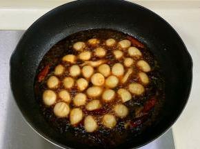 继续倒入一大碗清水煮开,转小火慢煮约20分钟。