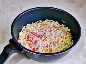 最后加入蟹肉丝,再倒入一碗骨头汤。(鸡汤我提前熬好的,如果没有不加也可以)