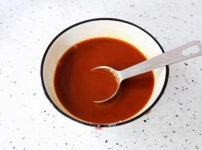 取一个容器调酱汁:加入味达美臻品蚝油1大勺+味达美臻品特级生抽2大勺+味达美冰糖老抽酱油1大勺+白糖1中勺+鸡精1小勺+玉米淀粉1大勺+水半碗,搅拌均匀备用