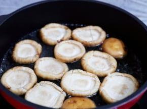 锅中注入清水,烧开后放入香菇,煮开,煮到水变成褐色时