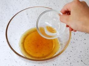 转化糖浆中加入枧水,用手动打蛋器搅拌均匀