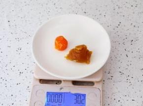 把晾凉的蛋黄和板栗馅一起称出30克为一份