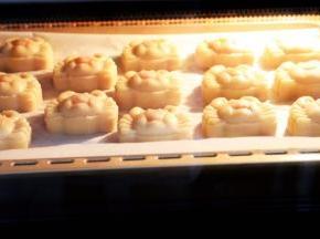 放入烤箱,上下火180度,烤5分钟定型后再取出