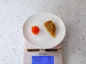 把晾凉的蛋黄和白莲蓉馅一起称出30克为一份
