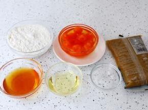 准备好材料,咸蛋黄提前用玉米油浸泡一夜