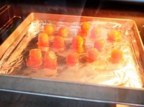 面团醒发的时间,把咸蛋黄表面喷洒一点白酒,放入烤箱,上下火180度烘烤5分钟取出晾凉备用