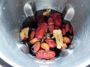红枣洗干净,去掉核,撕成几块,也加入豆浆机中。然后加水至刻度线,启动机器开始打豆浆。