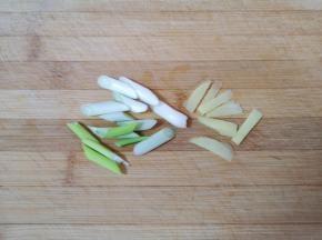 葱姜分别切好备用。