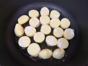 不粘锅倒油烧热,码入鸡蛋豆腐。