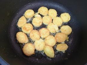 中火煎至两面金黄盛出备用(翻面的时候一定要小心,鸡蛋豆腐很容易碎)。