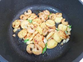 下入虾仁和鸡蛋豆腐翻炒均匀。