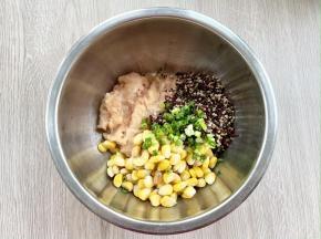 把鸡肉泥、煮熟的三色藜麦、玉米粒和葱花一同放入盆中;