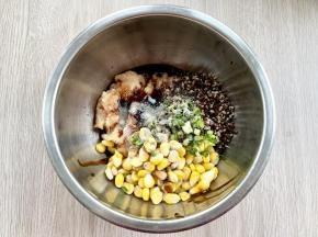 加一勺蚝油、一勺料酒、半勺老抽、少许黑胡椒粉、少许盐,然后搅拌均匀。