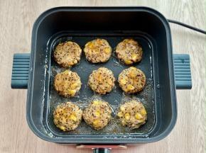 平底锅热油,下入鸡肉饼,保持小火,两面煎至金黄即可。