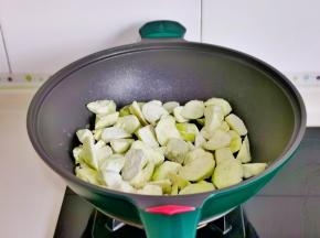 起油锅,加入茄子。