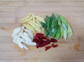 葱姜蒜干红辣椒分别切好备用。