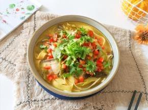 盛出装在大碗里,撒上红甜椒和香菜。