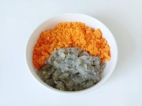 把虾泥,胡萝卜放在一起。