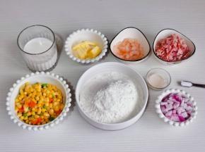准备食材,洋葱和培根切好,什锦杂蔬焯水。