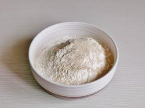 首先将面粉,盐,酵母粉混合均匀。