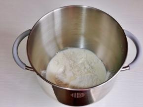 倒入厨师机桶中,加入纯牛奶。(牛奶可以分次加入,不同面粉吸水性不同)