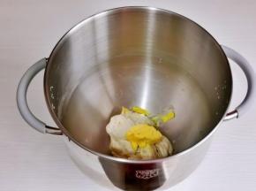 加入室温软化的黄油继续4档揉面。