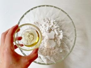 蒸好的面粉加入玉米油