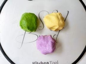 分别加入抹茶粉、南瓜粉、紫薯粉,揉匀