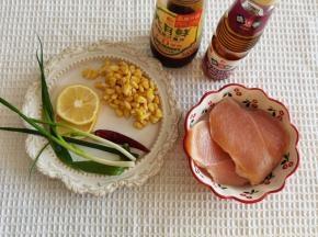 鸡胸肉片成2片,清理干净。玉米粒清洗干净,柠檬用盐搓洗干净后切2片备用。