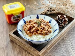 把炒好的香菇炸酱浇在米饭上,拌匀后即可食用