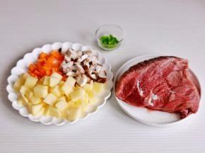 准备食材,土豆,胡萝卜去皮切小块,香菇去跟洗净切丁。
