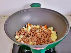 再加入煸炒过的牛肉丁。