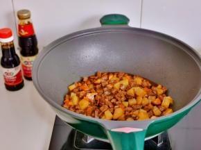 加入1勺蚝油,半勺红烧酱油翻炒2分钟。